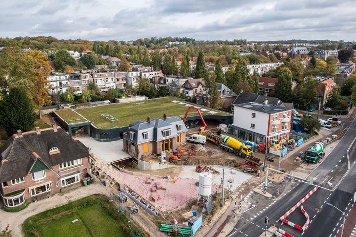 Hoogvliet in aanbouw in Arnhem, met een omvangrijk groen dak. Op de voorgrond Villa Curnonski en rechts de woningen en winkels in de voormalige garage van Hegeman.