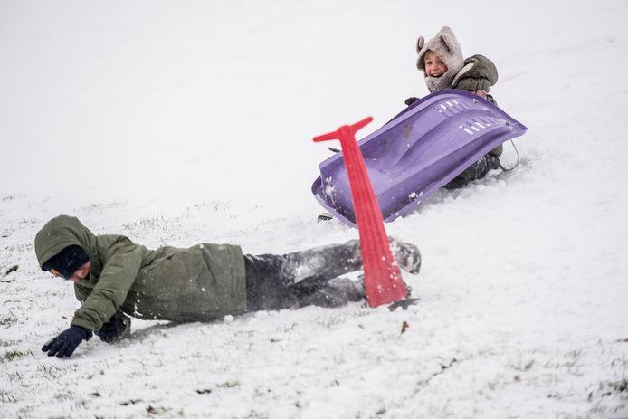 Tiel 07/02/2021 - Sneeuwstorm stormdarcy - Sneeuwpret Ophemertsedijk - iov Gelderlander - Foto Raphael Drent