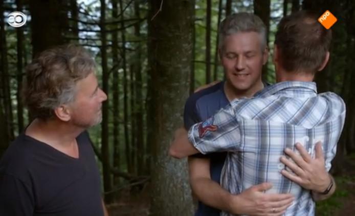 Ferdinand Zomerman uit Dronten krijgt een 'intense knuffel' van mede-deelnemer Jacob tijdens tv-programma Mannen in het Wild.