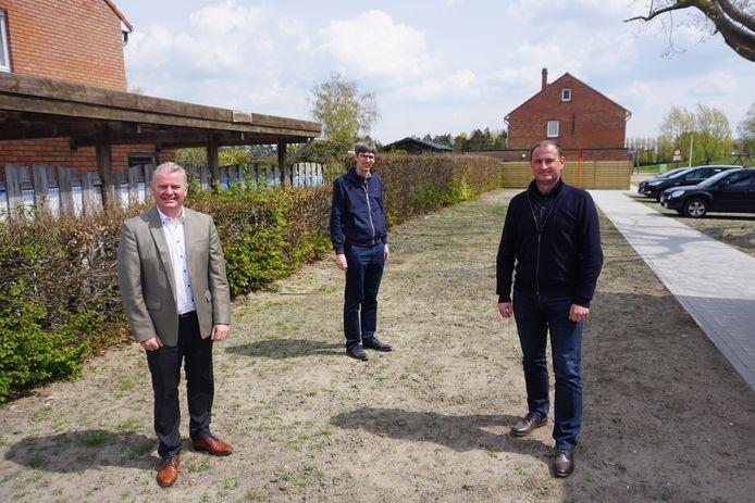 Inwoners van de Mandelwijk in Oudenburg mogen zelf bepalen hoe hun 'wonderwoud' eruit zal zien. (vlnr) Burgemeester Dumarey, schepenen Jonckheere en Dumon.