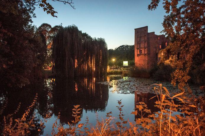 De feeërieke omgeving van de kasteelruïne is dit jaar het decor van 'Pareltjes uit de geschiedenis van Deurne' en de actiefilm 'Redbad'.