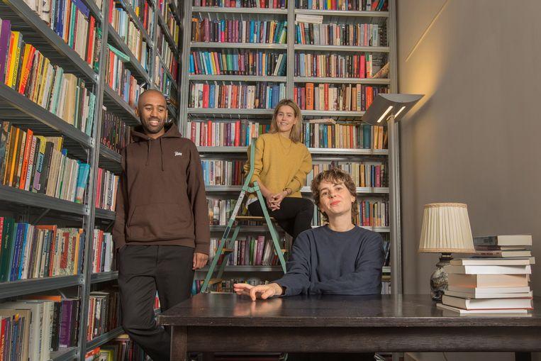 De auteurs van 'Wit Huiswerk', op trap Anne van der Ven, links Baba Touré en aan tafel Ilgın Abeln. Beeld Maartje Geels
