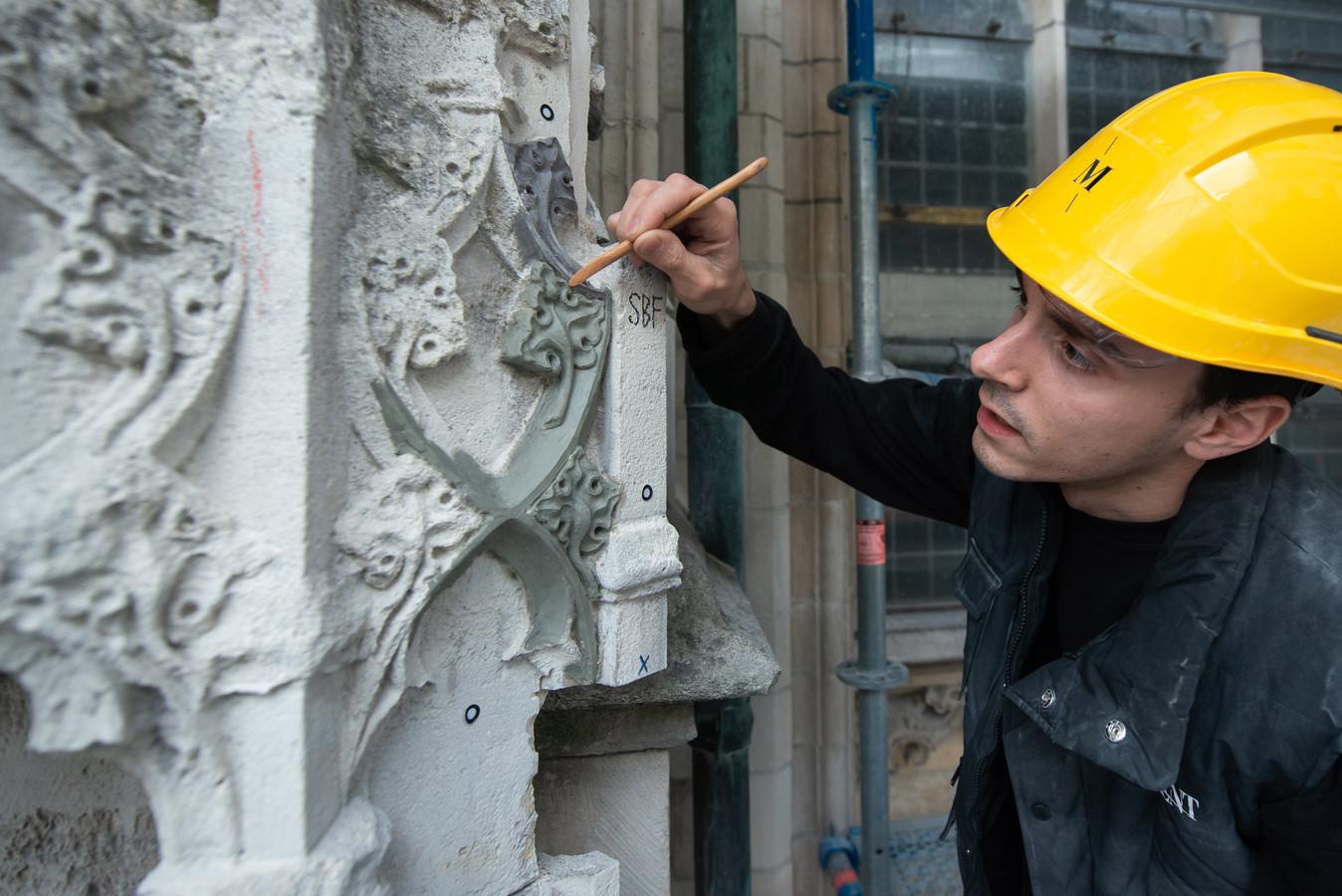 Felix Bahret van het bedrijf Monument uit Zottegem (België) is bezig met de restauratie aan de Grote Kerk Breda. Pix4Profs/René Schotanus
