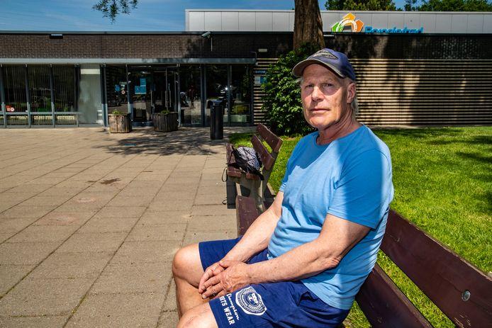 Hans Mulder zit werkeloos op een bankje voor het Borgelerbad, dat voorlopig doordeweeks grotendeels dicht blijft.
