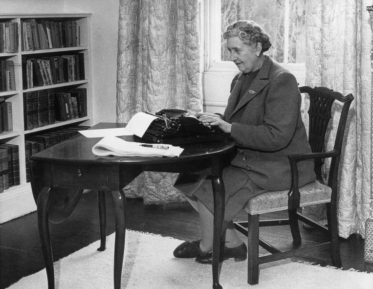 Een schrijvende Agatha Christie, ook wel de 'Queen of Crime' genoemd. Beeld rv