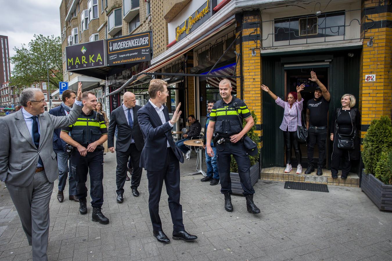 """Tijdens een werkbezoek aan de Beijerlandselaan in Rotterdam worden ministers Grapperhaus en Dekker en burgemeester Aboutaleb toegezwaaid. ,,Burgemeester, I love you"""", roept de vrouw in de gestreepte blouse."""