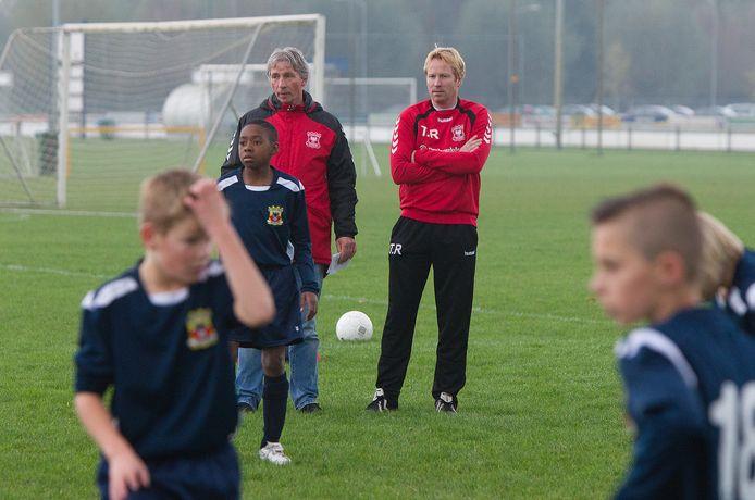 Gerard Hullegie en Toine Rorije van de Go Ahead Eagles voetbal academie.