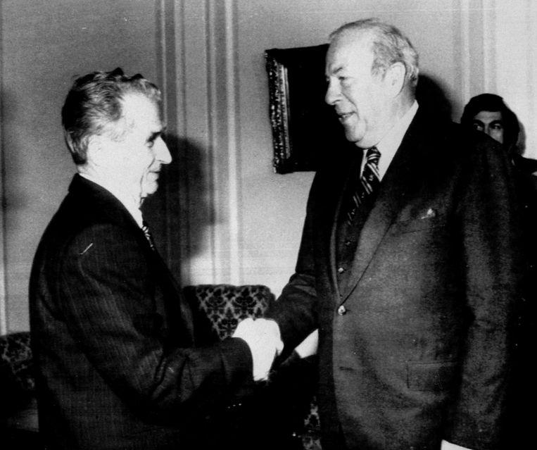 December, 1985. George Shultz (rechts) schudt de hand van de Roemeense president Nicolae Ceausescu.   Beeld REUTERS