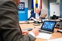 Burgemeester Theo Weterings tijdens een digitale vergadering van de Tilburgse gemeenteraad.