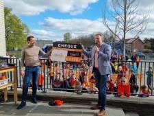 Oranjevereniging deelt tasjes uit aan Rijssense kinderen met donatie Businessclub: 'Geen geld voor vulling'