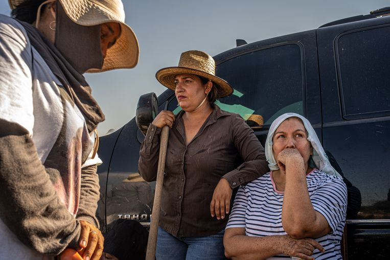 Moeder en dochter Acosta rusten even uit tegen hun pick-uptruck. Ze zijn op zoek naar hun zoon en broer Fernando, die negen maanden geleden verdween. Beeld Alejandro Cegarra