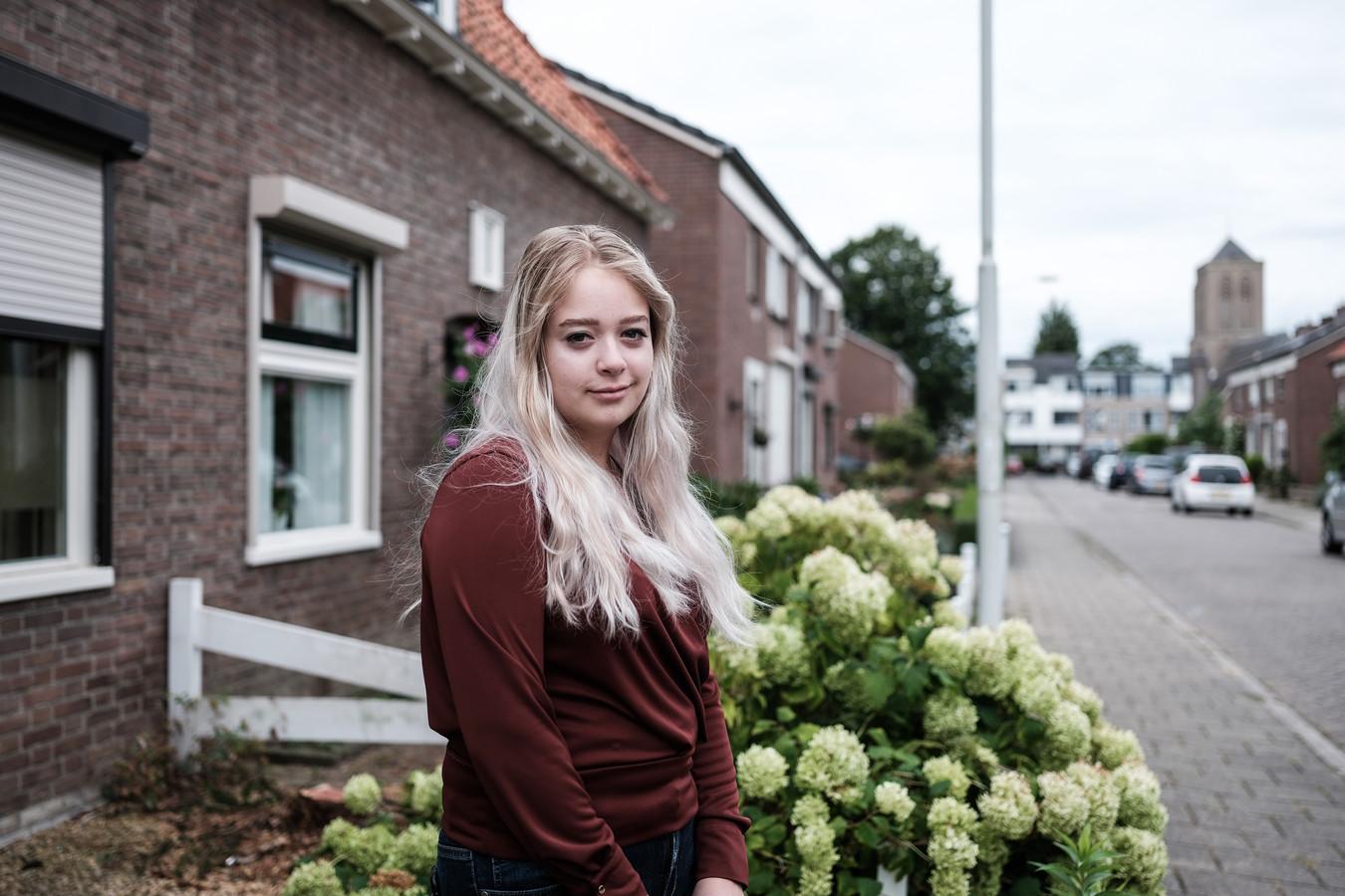 Annica van Eekeren voor het ouderlijk huis in Didam.