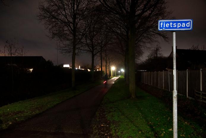 Donker Deurne door minder straatverlichting op het fietspad de nieuwe witte Dijk ter hoogte van de Veenmossingel in de wijk de Heiakker. Automobilisten die het fietspad in het donker kruisen, zien een onverlichte fietser niet aankomen.