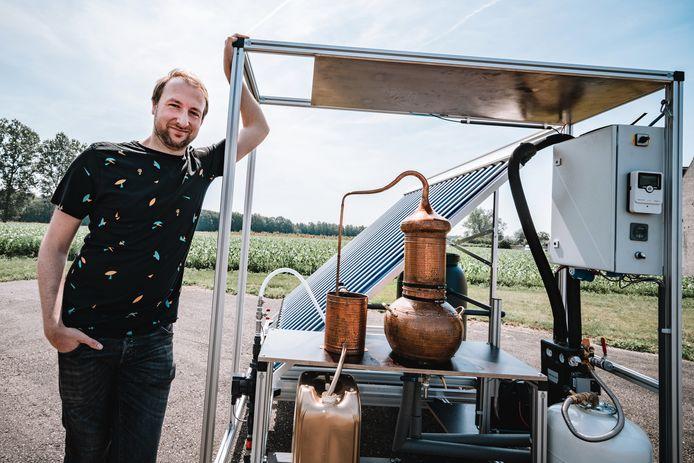 Kevin Van de Merlen bij zijn unieke installatie die enkel op zonnewarmte draait