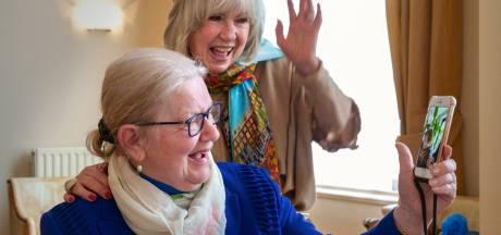 Joke Zwanikken zorgt voor lach op gezicht van psychiatrische patiënten: 'Doe eens iets extra's!'