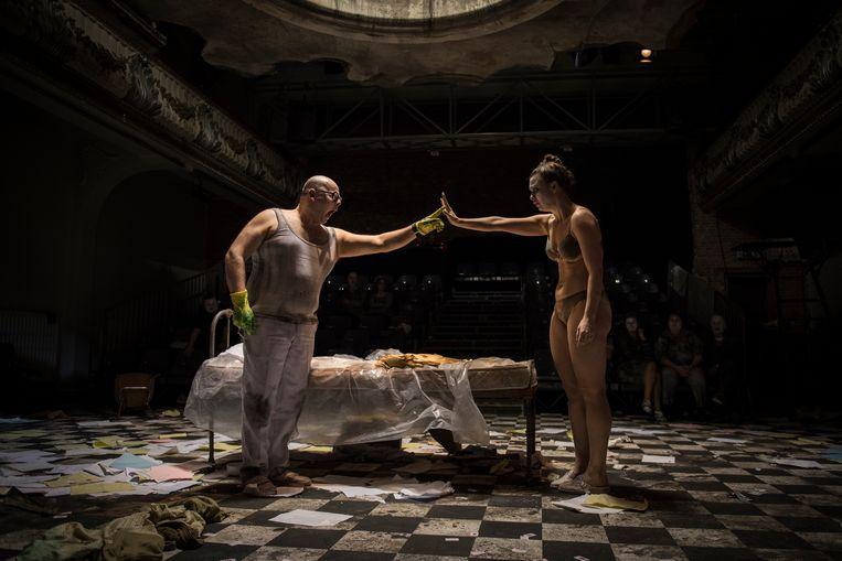 David Dermez en Anne Fé de Boer in 'Het Proces' van Abattoir Fermé. Beeld Sofie Jaspers