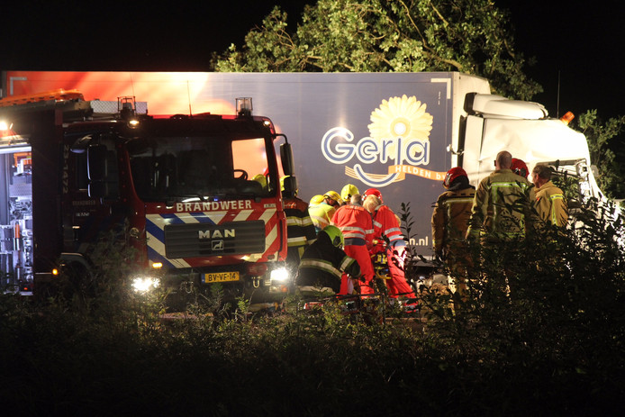 De brandweer heeft op de Twistweg in Vredepeel een chauffeur bevrijd uit zijn vrachtwagen nadat hij tegen een boom was gereden.