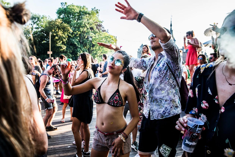 Paradise City in Perk. Het festival ontvangt deze zomer 200 toeschouwers, die van de acts genieten vanaf kleine vlotten op het water. Beeld Aurélie Geurts
