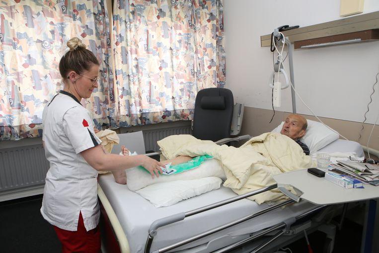 Pauls been ligt in het gips en wordt goed verzorgd door de verpleegster.