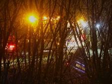 Auto raakt van de weg en belandt op de kop in de sloot