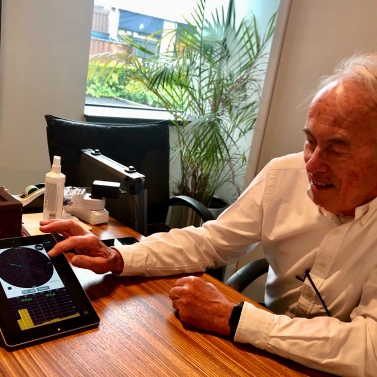 Donald van der Laan toont de geluidsfrequentie van zijn jongerenverwijderaar. Beeld verslaggeverscolumn Margriet Oostveen
