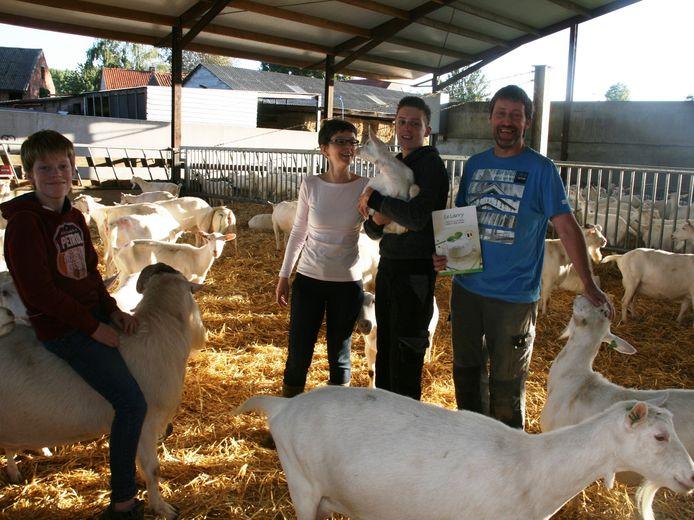 Aaron, Karlien, Rob en Dirk tussen de geitjes.
