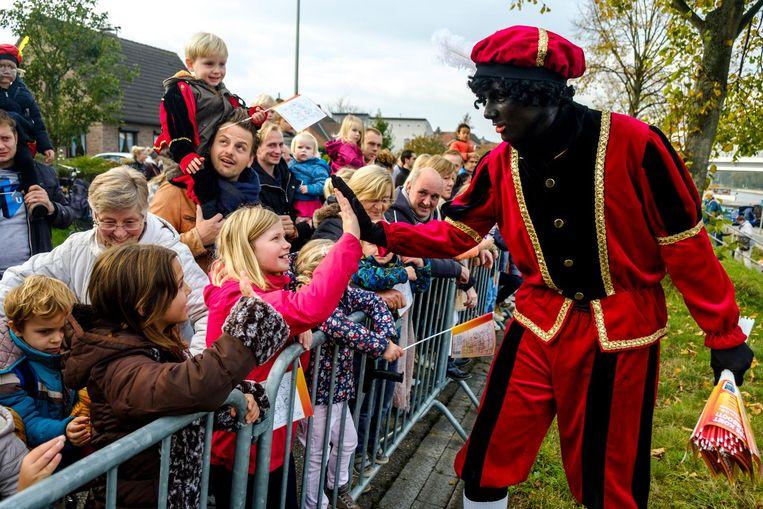 Een high five van Zwarte Piet: voor dit meisje kan de maand november nu al niet meer stuk.