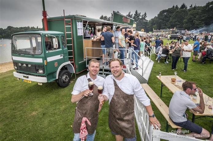 Bas Boerrigter (links) en Merijn Vlutters voor hun speciaalbiertruck tijdens Fields of Joy