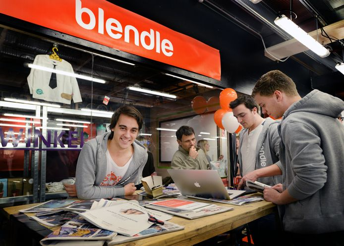 Oprichter van de online kiosk Blendl, Alexander Klopping (L), tijdens de opening van een pop-up-store in winkelcentrum Hoog Catherijne.