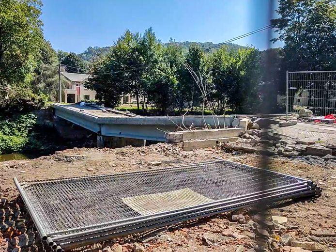 Le pont qui mène à la cité de la Fenderie, à Trooz, va être entièrement détruit puis reconstruit. Il avait été abîmé lors des inondations du mois de juillet 2021.