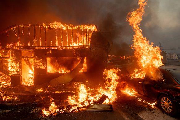 Een gebouw en een auto gaan in vlammen op in Paradise.
