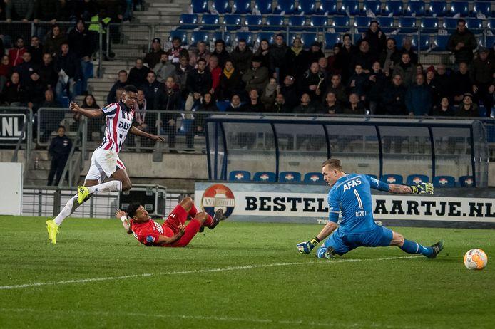 Real Sociedad-spits Alexander Isak scoorde al eens tegen doelman Marco Bizot in het shirt van Willem II.