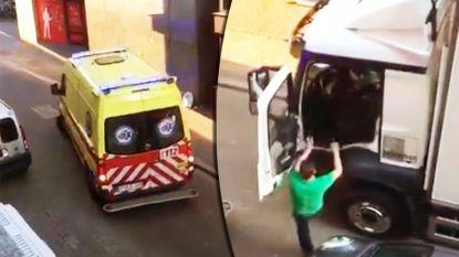"""Trucker die ziekenwagen verplaatste heeft klacht aan zijn broek: """"Ambulanciers geholpen door weg vrij te maken"""""""