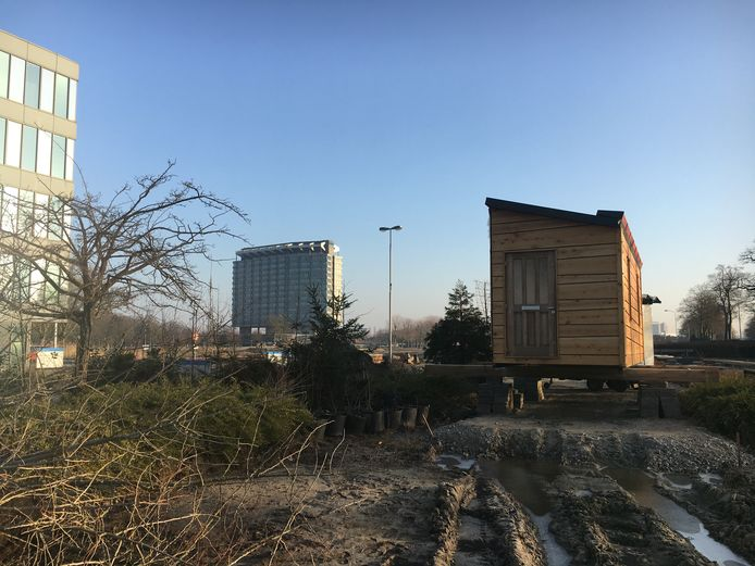 Het eerste deel van het houten huis van Tom van Duuren is verhuisd van het NRE-terrein naar Vredeoord, het voormalige Philipsterrein waar corporatie Sint Trudo woningen gaat bouwen. Op de achtergrond het gebouw op poten waar Philips Benelux zit, aan de Boschdijk