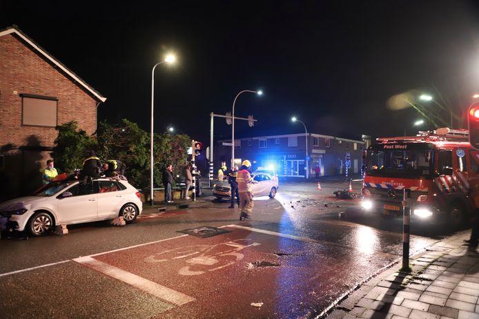 Hulpverlening na de aanrijding op de kruising van de Winkelsteegseweg met de Hatertseweg in Nijmegen.