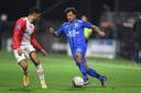 Million Manhoef zoekt het duel met Ricardo van Rhijn van FC Emmen.
