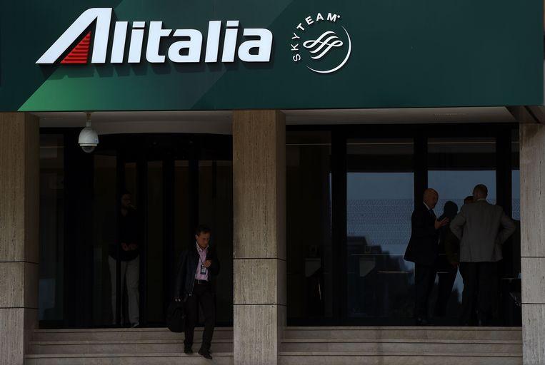 Een werknemer van Alitalia verlaat het hoofdkantoor in Rome op 26 april 2017.