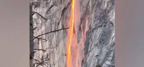 """La lumière du soleil transforme une chute d'eau en """"cascade de feu"""""""