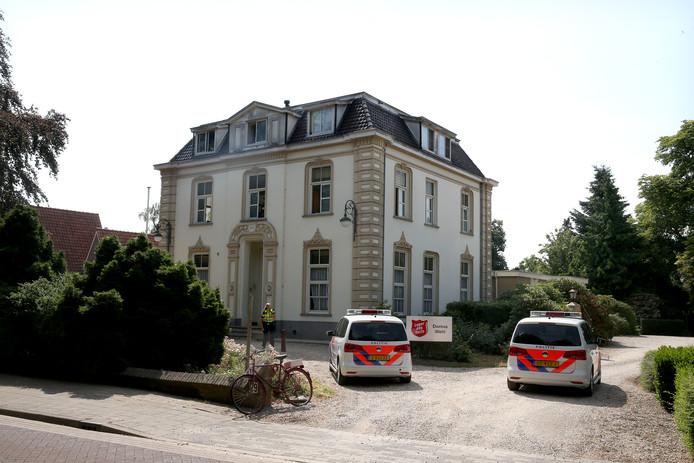 Politie bij de bij de Domus in Wehl eerder dit jaar.