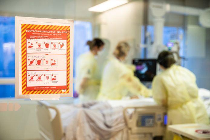 Verpleegkundigen op de intensive care van het Albert Schweitzer ziekenhuis zijn druk met het behandelen van coronapatiënten.