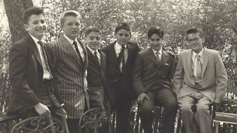 Donald Trump (tweede van links) in 1959, hij is dan 13, op de bar mitswah van een kennis. Dat jaar werd hij naar de militaire academie gestuurd. Beeld Paul Onish