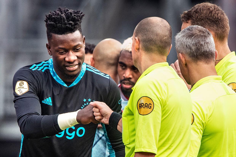 Keeper André Onana bedankt de scheidsrechters na een wedstrijd van Ajax tegen FC Utrecht. Hij is geschorst omdat het verboden middel furosemide bij hem is gevonden. Beeld Guus Dubbelman / de Volkskrant
