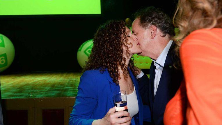 Lijsttrekker Sophie in 't Veld wordt gefeliciteerd met de uitslag van de exitpoll. D66 lijkt de grootste partij te worden bij de Europese verkiezingen in Nederland. Beeld anp