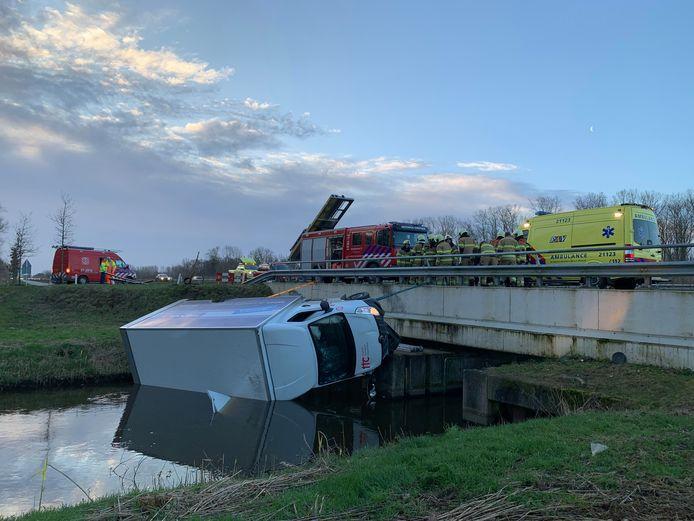 Een kleine vrachtwagen is van de weg geraakt en in het water beland in Heeswijk-Dinther.