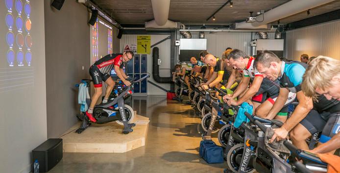 De 'leerlingen' van Patrick Tolhoek zien af tijdens het indoor cycling.