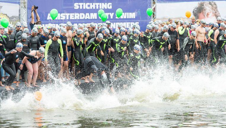 Deelnemers aan de Amsterdam City Swim 2016 Beeld anp