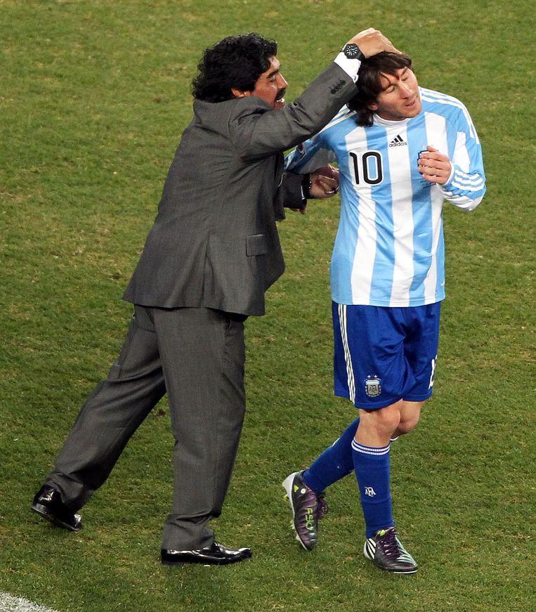 Diego Maradona (l) als bondscoach van Argentinië met zijn speler Lionel Messi tijdens het WK van 2010 in Zuid-Afrika. Beeld EPA