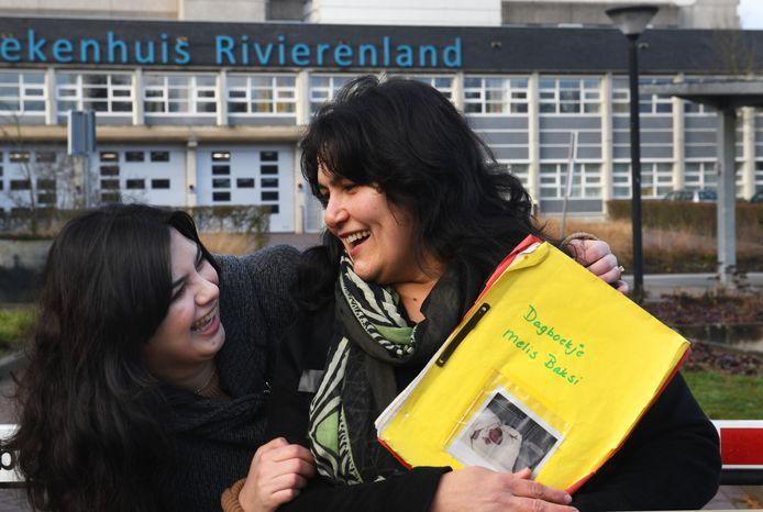 Moeder Canan en dochter Melis, die 25 jaar geleden vlak voor de evacuatie werd geboren en daarna even uit het zicht van moeder verdween.