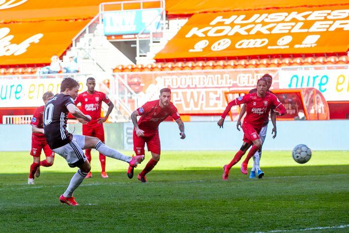 Steven Berghuis bezorgde Feyenoord een punt door na rust een penalty te benutten.   during the match Twente - Feyenoord