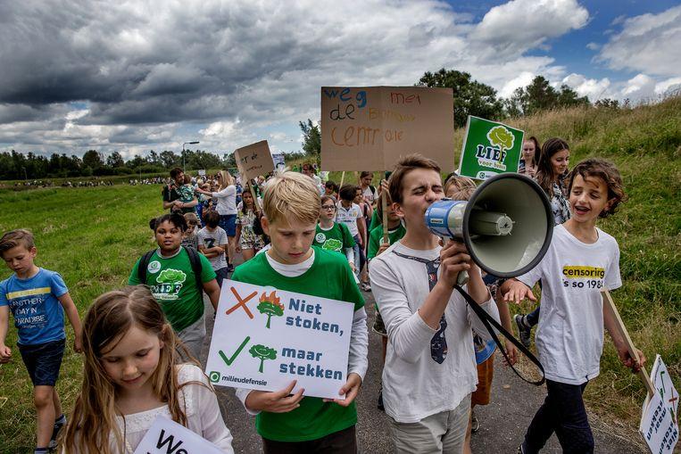 Kinderen wandelen van Amsterdam naar Diemen. Kinderen en ouders willen via deze weg ook hun stem laten horen dat ze voor schone en meer duurzame oplossingen voor energie zijn. Beeld Jean-Pierre Jans